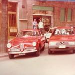 Amarcord, coppia di Alfa davanti al negozio Miniland nel 1988