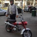 Luca con uno sgargiante scooter Honda DAX ST 50