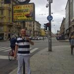 Super Ugo brinda davanti al Tiny Orologio di C.so Buenos Aires!