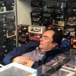 Tiny Relax! Giorgio in un letto di modellini!