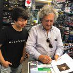 Valerio fa l'autografo a Yu!