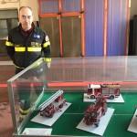 Matteo Linari con la sua collezione di modelli dei vigili del fuoco di Milano