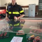 Nicolò Fortunati con la sua collezione di modelli dei vigili del fuoco di Milano
